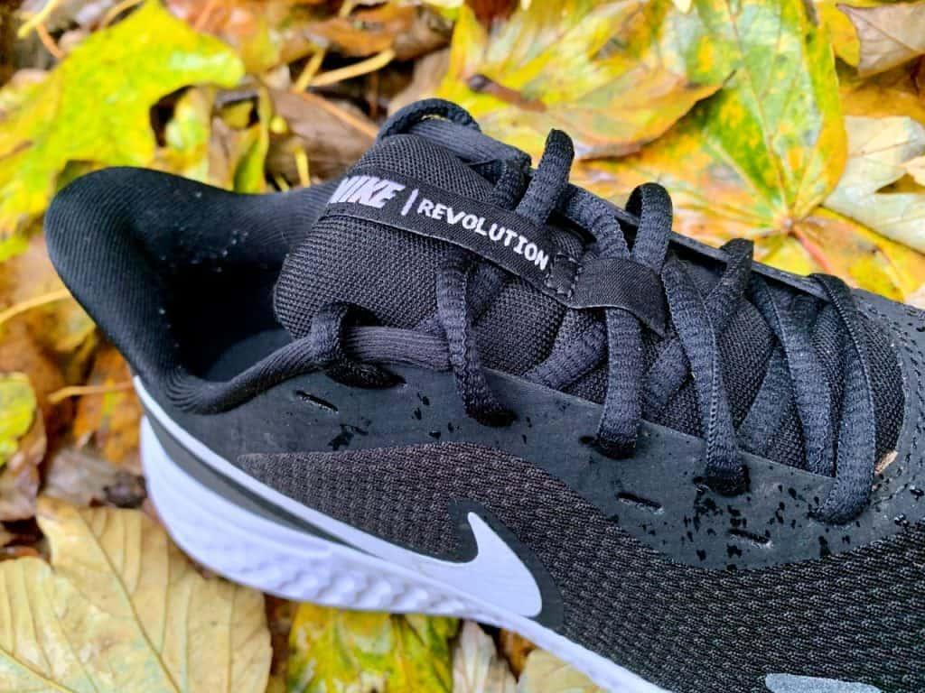 Nike Revolution 5 - Шнуровка